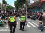 polisi-menenangkan-massa-suporter-yang-berkumpul-di-perempatan-jl-kelud.jpg