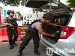 polisi-periksa-ketat-kendaraan-masuk-ke-markas-polda-jatim-usai-bom-di-polrestabes-medan.jpg