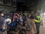 polisi-saat-memberikan-imbauan-kepada-komunitas-motor-yang-masih-nongkrong-hingga-dini-hari.jpg