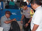 polisi-saat-memeriksa-barang-bawaan-penumpang.jpg