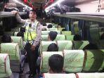 polisi-saat-memeriksa-penumpang-bus.jpg