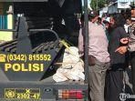 polisi-saat-mengevakuasi-jenazah-korban-ke-mobil-patroli.jpg