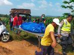 polisi-saat-mengevakuasi-sarijo-61-asal-desa-pucangan-kecamatan-palang-kabupaten-tuban.jpg