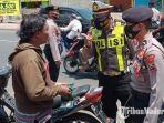 polisi-saat-menggelar-razia-protokol-kesehatan-di-jalan-raya-cemengkalan-sidoarjo.jpg