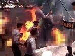 polisi-yang-terbakar-saat-mengamankan-aksi-unjuk-rasa.jpg