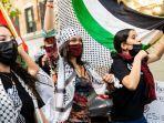 potret-bella-hadid-saat-melakukan-unjuk-rasa-mendukung-palestina-di-jalanan-new-york.jpg