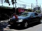presiden-jokowi-menyapa-warga-di-jalan-raya-manyar.jpg