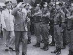 presiden-soekarno-bung-karno-saat-melakukan-inspeksi-pasukan-tjakrabirawa.jpg