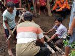 proses-evakuasi-sapi-milik-warga-kecamatan-sukorejo-ponorogo.jpg