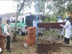 prosesi-pemakaman-pasien-pdp-covid-19-di-tpu-kota-malang-senin-2042-20.jpg