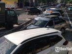 puluhan-kendaraan-sudah-memanfaatkan-parkir-di-tengah-jalan-wiajaya-kusuma-surabaya.jpg