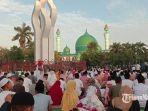 puluhan-ribu-jamaah-yang-melakukan-salat-id-di-masjid-agung-asy-syuhada-pamekasan.jpg