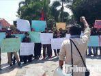 puluhan-wartawan-aksi-untuk-keselamatan-wartawan-akar-jember-gelar-demonstrasi-di-jember.jpg