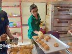 puluhan-wbp-belajar-membuat-roti-kayna-di-lapas-narkotika-kelas-iia-pamekasan.jpg