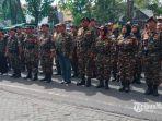 ratusan-anggota-banser-saat-di-depan-pengadilan-negeri-surabaya-kamis-1362019.jpg