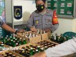 ratusan-botol-miras-berbagai-merk-disita-petugas-di-mapolsek-duduksampeyan.jpg