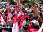 ratusan-buruh-pabrik-rokok-dan-pengusaha-rokok-lokal-saat-demonstrasi-ke-kantor-dprd-pamekasan.jpg