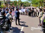 ratusan-mahasiswa-melakukan-unjuk-rasa-ke-kantor-dprd-pamekasan-kamis-1672020.jpg