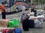 ratusan-tki-asal-pamekasan-pulang-kampung-dari-negara-perantauannya-selasa-2552021.jpg