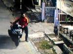 rekaman-kamera-cctv-pencuri-motor-di-perumahan-griya-japan-asri-kabupaten-mojokerto.jpg