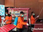 relawan-frpb-pamekasan-melakukan-penyemprotan-di-warung-jalan-parteker.jpg