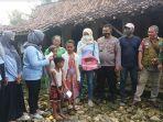 relawan-gerakan-emansipasi-masyarakat-gema-saat-menyerahkan-bantuan-ke-rumah-kiptiyah.jpg