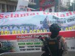 relawan-jokowi-menyambut-capres-nomor-urut-02-prabowo-subianto-di-kabupaten-gresik.jpg