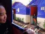 relawan-membuat-jendela-rumah-darurat-tanggap-bencana-warga-terdampak-gempa-di-malang.jpg