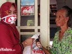 relawan-mh-said-abdullah-dan-achmad-fauzi-saat-memberikan-paket-sembako.jpg
