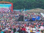 ribuan-buruh-saat-berkumpul-di-gor-sidoarjo-untuk-merayakan-hut-ke-46-spsi-juga-dukung-jokowi.jpg