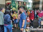 ribuan-pengunjung-mall-royal-plaza-surabaya-bergegas-keluar-dari-pintu-utama.jpg