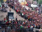 ribuan-warga-yang-mengantre-didepan-loket-stadion-gelora-delta.jpg