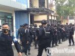 rombongan-terakhir-satu-kompi-brimob-polda-jatim-meninggalkan-mapolres-bangkalan.jpg