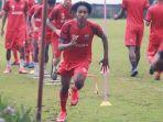 ronaldo-joybera-kwateh-pemain-anyar-madura-united-di-laga-perdana-piala-menpora-2021.jpg