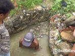 saat-warga-desa-banjar-talela-kecamatan-camplong-kabupaten-sampang-madura-membersihkan-selokan.jpg
