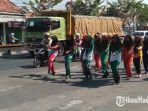 salah-satu-peserta-saat-latihan-di-jalan-raya-trunojoyo-kecamatankabupaten-sampang.jpg