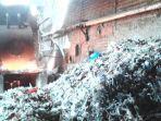 sampah-plastik-impor-yang-digunakan-pabrik-tahu.jpg