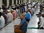 sejumlah-jamaah-melaksanakan-salat-tarawih-di-masjid-agung-sunan-ampel-surabaya.jpg