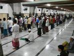 sejumlah-jamaah-melaksanakan-shalat-tarawih-di-masjid-agung-sunan-ampel-surabaya.jpg