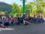 sejumlah-pekerja-migran-indonesia-pmi-sedang-mengantri-di-asrama-haji.jpg