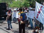 sejumlah-pemuda-di-pamekasan-melakukan-demonstrasi.jpg