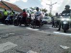 sejumlah-pengendara-saat-di-area-traffic-light-jalan-trunojoyo-sampang.jpg