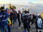 sejumlah-wisatawan-menikmati-pemandangan-gunung-bromo.jpg