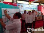 sekda-kabupaten-sampang-yuliadi-setiawan-menandatangani-petisi-di-pendopo-trunojoyo.jpg