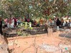 selesai-salat-id-umat-islam-kabupaten-pamekasan-mendatangi-pemakaman-ronggosukowati.jpg