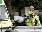 seorang-korban-penembakan-di-selandia-baru-dibawa-ke-ambulans.jpg