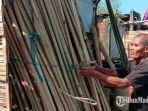 seorang-pedagang-bambu-abdul-manan-saat-menata-bambu-umbul-umbul-yang-dijualnya-jumat-1682019.jpg