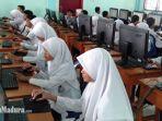 siswa-saat-mencoba-komputer.jpg
