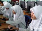 siswa-smp-negeri-1-sampang-melakukan-kegiatan-belajar-mengajar-sebelum-covid-19.jpg