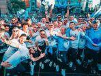 skuad-manchester-city-tengah-berfoto-saat-perayaan-juara-liga-inggris.jpg
